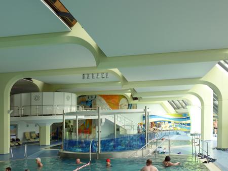 Ausgestaltung einer Schwimmhalle mit passendem Farbkonzept
